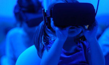 Дети в VR-шлеме