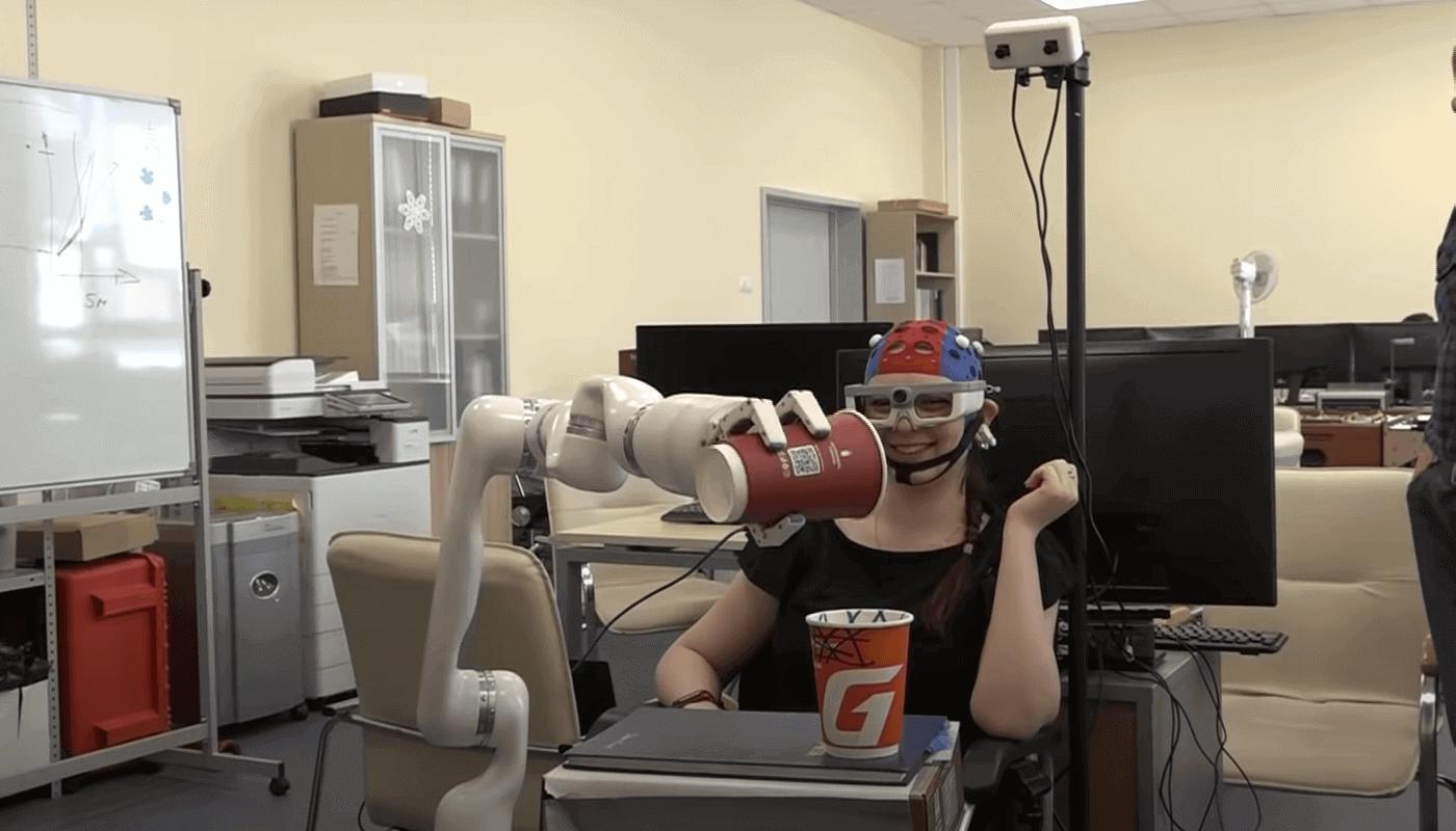 Робот передвигает предметы силой мысли