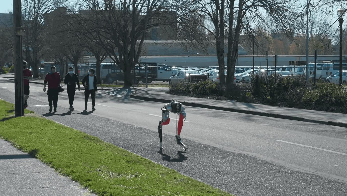 Двуногий робот финишировал в забеге на 5 км